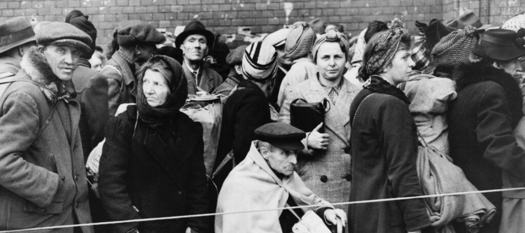 Deutsche Vertriebene warten 1945 im Anhalter Bahnhof in Berlin